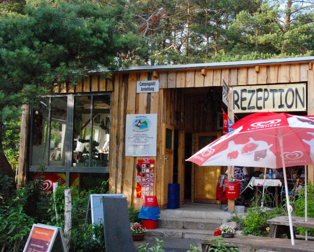 kurzurlaub-mit-kind-in-mecklenburg-vorpommern-oldtimer-vw-bus-rezeption-campingplatz