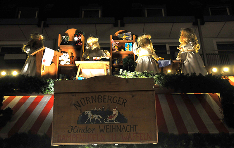 Stand_Puppen-nuernberg-christkindlesmarkt-smart-family-travel